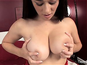 Taylor Vixen plays with her puss